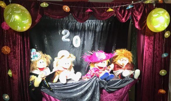 Szenen-Ausschnitt aus dem Theater: Die vier Freunde beim Konzert. Klicke, um zur Projektseite zu gelangen.