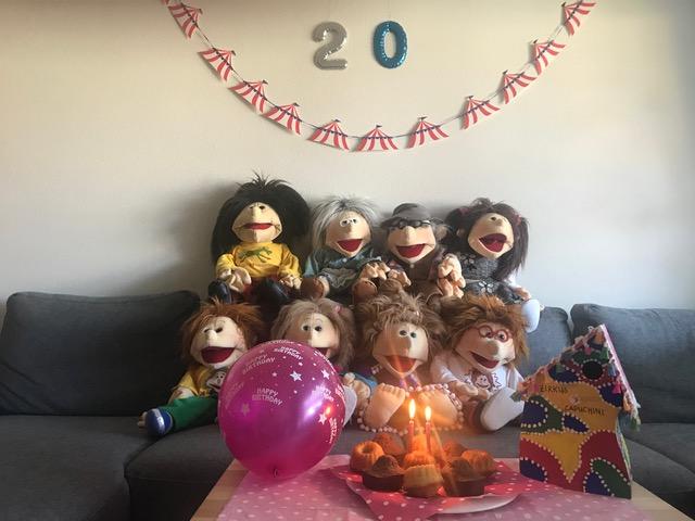 20 Jahre Musikschule mit einigen feiernden Handpuppen
